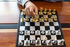 Фото конца-вверх рук мата на доске во время шахматов концепция стратегии победы дела выигрывают intellige иллюстрация вектора