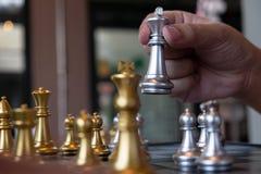 Фото конца-вверх рук мата на доске во время шахматов концепция стратегии победы дела выигрывают intellige стоковые изображения rf