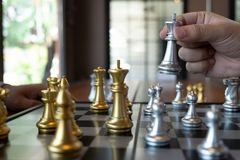 Фото конца-вверх рук мата на доске во время шахматов концепция стратегии победы дела выигрывают intellige стоковое изображение