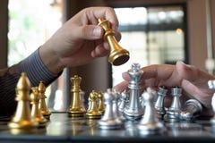 Фото конца-вверх рук мата на доске во время шахматов концепция стратегии победы дела выигрывают intellige стоковая фотография