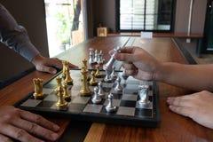 Фото конца-вверх рук мата на доске во время шахматов концепция стратегии победы дела выигрывают intellige стоковые фото