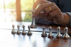 Фото конца-вверх рук мата на доске во время шахматов концепция стратегии победы дела выигрывают intellige стоковое фото rf