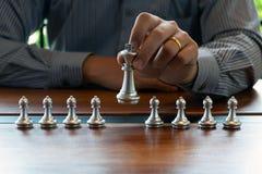 Фото конца-вверх рук мата на доске во время шахматов концепция стратегии победы дела выигрывают intellige стоковое изображение rf