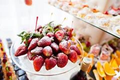 Фото конца-вверх свежих клубник на банкете свадьбы и Стоковые Изображения