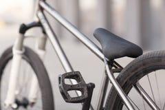 Фото конца-вверх серебряного велосипеда на дороге Стоковое Изображение