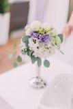 Фото конца-вверх серебряной вазы с белыми и фиолетовыми цветками Стоковые Фото