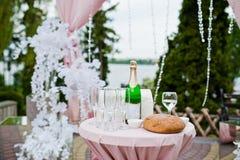 Фото конца-вверх стекел, хлеба и бутылки шампанского на Стоковое Изображение