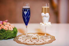 Фото конца-вверх стильных wedding стекел с шампанским Стоковое Фото