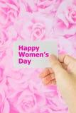 Фото концепции карточки владением руки на предпосылке розы пинка Стоковые Фото