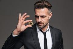 Фото красивого богатого бизнесмена в костюме и связь смотря идут Стоковое Изображение