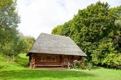Фото красивого вида дома в деревне на чудесных деревьях Стоковое Изображение