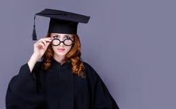 Фото красивого молодого ученика в черном костюме на чудесном стоковое изображение