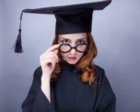 Фото красивого молодого ученика в черном костюме на чудесном стоковые изображения rf