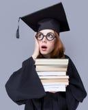 Фото красивого молодого ученика с кучей книг на wonde стоковое фото