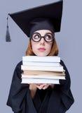 Фото красивого молодого ученика с кучей книг на wonde стоковое фото rf