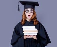 Фото красивого молодого ученика с кучей книг на wonde стоковое изображение rf