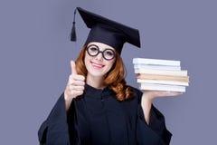 Фото красивого молодого ученика с кучей книг на wonde стоковая фотография rf