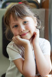 Фото красивой европейской милой девушки путешествуя на поезде, держа вручает около стороны Конец-вверх счастливого ребенка смотря стоковое изображение