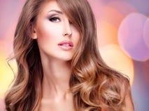 Фото красивой женщины с длинными коричневыми волосами с яркой делает Стоковые Изображения