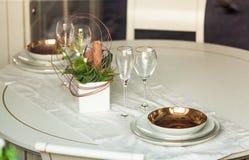 Фото красивой, который служат таблицы на ресторане Стоковые Изображения RF