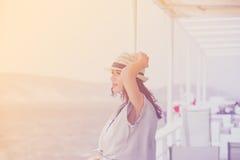 Фото красивой молодой женщины на шлюпке перед морем и I Стоковые Фотографии RF