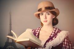 Фото красивой молодой женщины в винтажном платье с книгой на Eif Стоковые Изображения RF