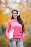Фото красивой молодой женщины с компьтер-книжкой и наушниками на Стоковое Фото