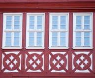 Фото красивых холодных окон на одном из зданий с картиной Стоковые Фото