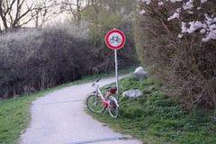 Фото красного знака велосипеда дороги с красным велосипедом стоковые фотографии rf