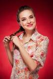 Фото красоты кавказской модели на красной предпосылке Стоковые Изображения RF