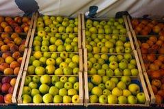 Фото красочных яблок в деревянных коробках Стоковые Изображения RF