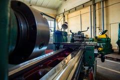 Фото кровати и направляя токарные станки на предприятии в плане магазина широкоформатном стоковое фото rf