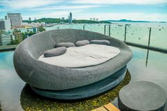 Фото кровати на тропическом городе пляжа морем стоковое фото rf