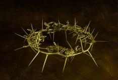 Фото кроны золота терниев на коричневой предпосылке grunge стоковая фотография