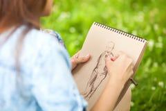 Фото крупного плана женщины вручает диаграмму человека картины Стоковое Фото