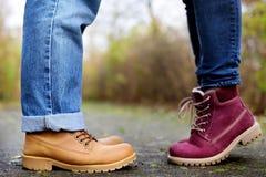 Фото крупного плана мужских и женских ног во время даты в парке осени Стоковое Изображение RF