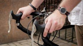 Фото крупного плана мужских рук на винтажных ручках велосипеда Стоковые Изображения