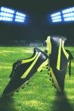 Фото крупного плана черного ботинка футбола Стоковые Изображения