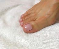 Фото крупного плана ` s женщины toes с розовым маникюром стоковые изображения