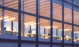 Фото крупного плана башни небоскреба Высокий офис пола, внутренний во времени вечера Панорамная предпосылка фасада окон Стоковая Фотография RF