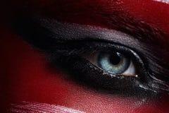 Фото крупного плана голубого глаза с закоптелым составом глаз Стоковое Изображение