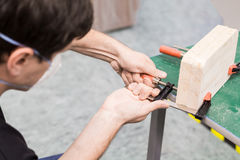 Фото крупного плана инструмента обжатия струбцины в мастерской Стоковое Фото