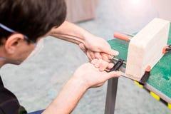 Фото крупного плана инструмента обжатия струбцины в мастерской Стоковые Изображения RF