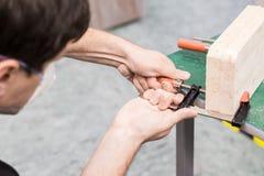 Фото крупного плана инструмента обжатия струбцины в мастерской Стоковое Изображение RF