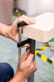 Фото крупного плана инструмента обжатия струбцины в мастерской Стоковое Изображение
