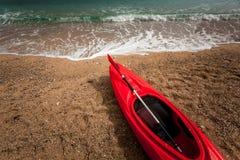 Фото крупного плана красного каяка на красивом песчаном пляже Стоковая Фотография