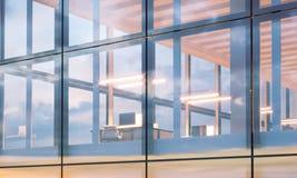 Фото крупного плана современного делового центра Высокий офис пола, внутренний во времени вечера Панорамная предпосылка фасада ок Стоковое Изображение