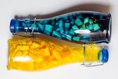 Фото крупного плана, яркий плодоовощ цвета paited лимонад, белая доска Стоковое Фото