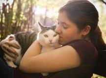 Фото лета солнечное девушки подростка обнимая кота Стоковое Изображение