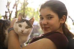 Фото лета солнечное девушки подростка обнимая кота Стоковая Фотография RF